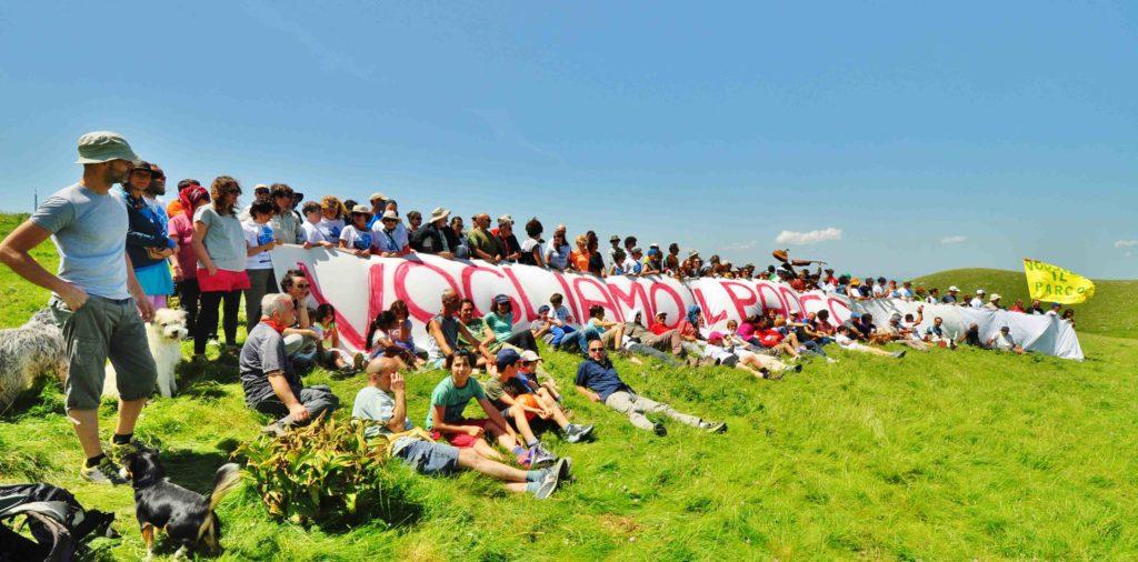 I partecipanti al raduno chiedono a gran voce il Parco del Catria, Nerone e Alpe della Luna (foto di Claudio Bruscoli)